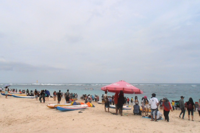 similar with Kuta. people are every where.